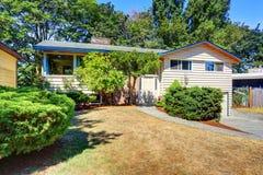 Малый милый американский дом с зелеными кустарниками Стоковая Фотография RF