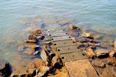 Малый мостк на скалистом Seashore Стоковые Фотографии RF