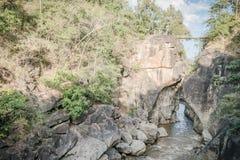 Малый мост над рекой с большой скалой на соотечественнике Ob Luang Стоковое Фото