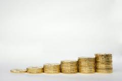 Малый но устоичивый рост дохода как показано примером столбцов монеток стоковые изображения rf