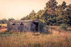 Малый дом кирпича на поле Стоковое Изображение RF