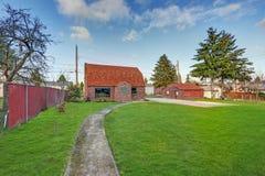 Малый дом красного кирпича на солнечный день Стоковые Изображения RF