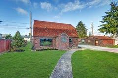Малый дом красного кирпича на солнечный день Стоковое Изображение