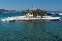 Малый остров с православной церков церковью в городке Chora, остров Naxos, Греция Стоковое Изображение