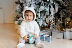 Малый очаровательный новичок полярного медведя одежды ребёнка сидит около Chri стоковое фото