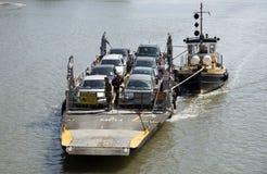 Малый паром автомобиля и буксир на реке сметывают Великобританию Стоковое Изображение RF