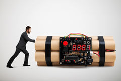 Малый предприниматель в официально носке нажимая большую бомбу Стоковые Изображения