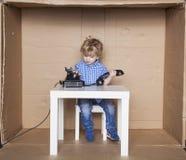 Малый предприниматель набирает номер на телефоне Стоковые Изображения RF
