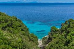 Малый пляж с открытыми морями в Kefalonia, Греции Стоковые Фотографии RF