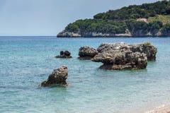 Малый пляж с открытыми морями в Kefalonia, Греции Стоковое Изображение