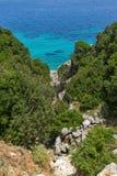 Малый пляж с открытыми морями в Kefalonia, Греции Стоковые Фото