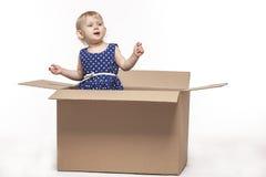Малый ребенок в картонных коробках стоковое изображение