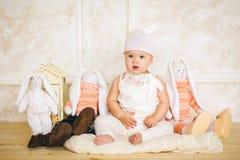 Малый ребенок в костюме зайца 3 Стоковое Изображение
