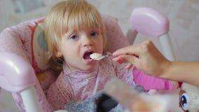 Малый ребенок ест еду от ложки видеоматериал