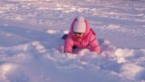Малый ребенок играя в снеге видеоматериал