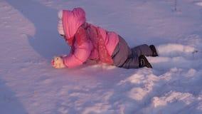 Малый ребенок играя в снеге сток-видео