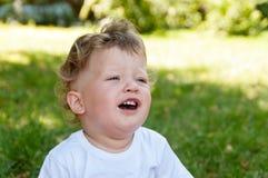 Малый ребенок с плакать вьющиеся волосы Стоковые Фотографии RF