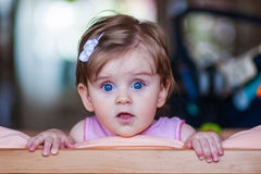 Малый ребенок с hairpin стоит в кровати Стоковые Изображения