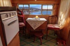 Малый ретро турист каравана используемый как крошечный дом на поездках Стоковое фото RF