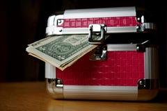 Малый розовый strongbox при серебряные края держа толстый пакет денег (американских долларов, USD) стоковые изображения rf