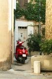 Малый самокат припарковал на старых квартальных зданиях стоковая фотография rf