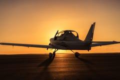 Малый самолет на взлётно-посадочная дорожка Стоковые Фото