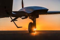 Малый самолет на взлётно-посадочная дорожка Стоковое Фото