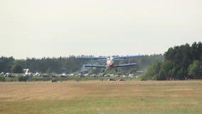 Малый самолет принимает от авиаполя, agriculturial аэроплана сток-видео