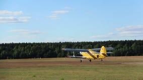 Малый самолет принимает от авиаполя, agriculturial аэроплана акции видеоматериалы