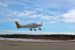 Малый самолет принимая  Стоковые Изображения RF