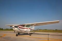 Малый самолет с пропеллером в фронте Стоковое Изображение