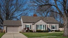 Малый серый дом с гаражом Стоковое Изображение RF