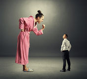 Малый серьезный человек и большая сердитая женщина стоковое изображение rf