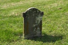 Малый старый выдержанный камень кладбища Стоковые Фотографии RF