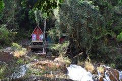 Малый старый дом в лесе в datanla, dalat, Вьетнаме Стоковые Изображения RF