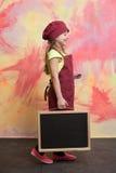 Малый счастливый шеф-повар девушки в шляпе, рисберме с классн классным Стоковое Изображение