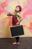Малый счастливый шеф-повар девушки в шляпе, рисберме с классн классным Стоковое Фото