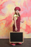 Малый счастливый шеф-повар девушки в шляпе, рисберме с классн классным Стоковые Фотографии RF