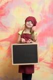Малый счастливый шеф-повар девушки в шляпе, рисберме с классн классным Стоковое фото RF