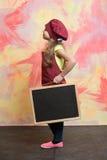 Малый счастливый шеф-повар девушки в шляпе, рисберме с классн классным Стоковые Изображения