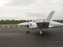 Малый учебный самолет на авиаполе Стоковая Фотография RF