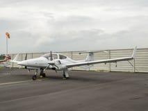Малый учебный самолет на авиаполе Стоковые Фотографии RF