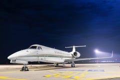 Малый частный самолет на авиапорте Стоковые Изображения