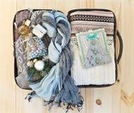 Малый чемодан дороги с теплыми одеждами Стоковое фото RF