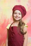 Малый шеф-повар девушки с счастливой стороной в шляпе и рисберме Стоковые Фото