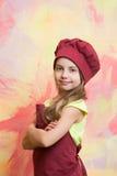 Малый шеф-повар девушки с счастливой стороной в шляпе и рисберме Стоковые Фотографии RF