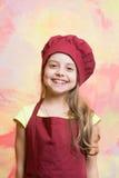 Малый шеф-повар девушки с счастливой стороной в шляпе и рисберме Стоковое Изображение