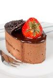 Малый шоколадный торт при изолированная клубника Стоковое фото RF