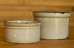 2 малых глиняного кувшина глины на таблице доски мясника Стоковое фото RF