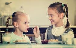 2 малых девушки есть здоровую овсяную кашу Стоковые Изображения